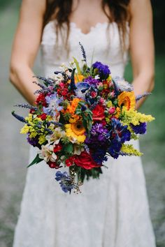 Bride Bouquet bigger but same makeup as bridesmaids, all of them with different textures, somewhat uncontained