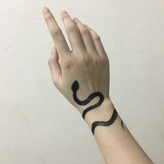 Als Melhores Tattoos de Pet - diy tattoo images - Henna Henna Tattoos, Diy Tattoo, Body Art Tattoos, Finger Tattoos, Mini Tattoos, Small Tattoos, Piercing Tattoo, Nose Piercings, Piercing Daith