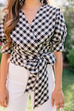 Julia shares 5 spring tops from Shopbop's event of the season sale! Gingham and floral print tops galore in this Gal Meets Glam style post. Plaid Outfits, Classy Outfits, Audrey Hepburn, Spring Summer Fashion, Spring Outfits, Fashion Books, Fashion Outfits, White High Waisted Jeans, Western Tops