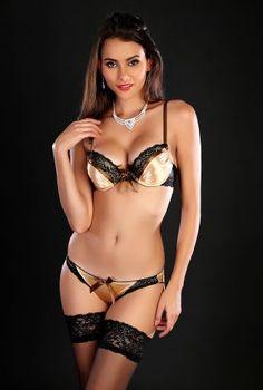 Ensemble Lingerie doré: Soyez chic et glamour avec ce joli ensemble de lingerie de couleur doré effet bi-matière. On aime ce mix de matières satin et dentelle. Vendu avec culotte. Excellent confort grâce au soutien-gorge avec armatures. Bretelles ajustables. Ce magnifique ensemble de lingerie est décoré par un joli noeud. Fermeture dans le dos par 2 crochets avec plusieurs positions de confort. <BR><BR>Matière: 87% Nylon- 13% Spandex<BR>