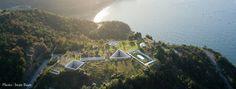 地中美術館 / 安藤忠雄 「直島の美しい景観を損なわないよう建物の大半が地下に埋設されています。地下でありながら自然光が降り注ぎ、一日を通して、また四季を通して作品や空間の表情が刻々と変わります。」