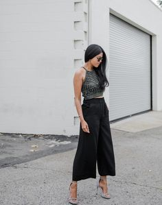 Fashion blogger @walkinwondrland ditches the denim and throws on something a little lighter with this H&M outfit. | H&M OOTD