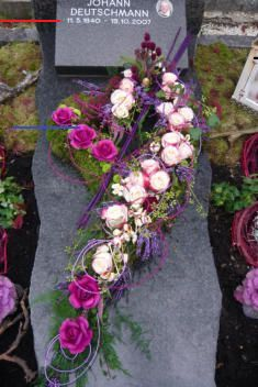 Heinzi's Blumenecke The Effective Pictures We Offer You About funeral ceremony A quality picture can tell you many things. You can find the most beautiful pictures that can be presented to you about f Arrangements Funéraires, Funeral Floral Arrangements, Unique Flower Arrangements, Grave Flowers, Funeral Flowers, Cemetary Decorations, Funeral Ceremony, Funeral Sprays, Casket Sprays