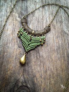 Collier macramé Pendentif bohémien tribal chic - Vert Sauge - micro macramé longue chaîne tons bronze antique bijoux bohème hippie