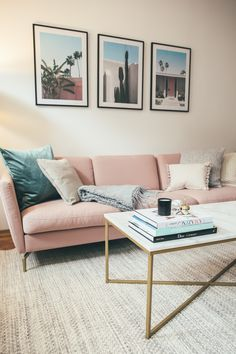 How do I decorate my living room with a pink sofa? Living Room Update, My Living Room, Home And Living, Couches For Small Spaces, Furniture For Small Spaces, Bolia Sofa, Rosa Couch, Small Apartment Living, Pink Sofa