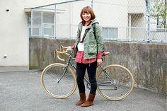 佐藤ゆかさん(28歳・スポーツインストラクター)   「とにかく体を動かすことが大好きなんです。だから通勤も当然、自転車です」というゆかさん。ドロップハンドルの自転車を颯爽と乗りこなすカッコよさ。男性にもぜひ見習って欲しいほどの美しいフォームでした。
