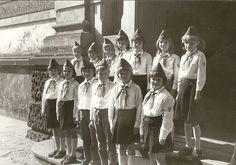 Schulchor in der Pionierkleidung mit Käppi und Halstuch.