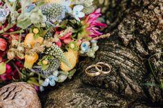 Wildblumenstrauß zur Hochzeit im Sommer #brautstrauß #brautstraußwildblumen #brautstraußsommer #brautstraußbunt #hochzeit #verliebtverlobtverheiratet   Fotos: Veronika Huber Fotografie (Web www.veronika-huber-fotografie.de) Floral Wreath, Wreaths, Decor, Photos, Summer, Mariage, Decorating, Flower Crowns, Door Wreaths