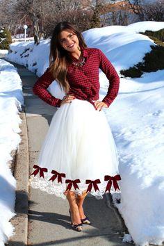 Vestido de Festa Junina DIY fácil. Pegue uma camisa xadrez, mande fazer/ faça uma saia de tulle, enfeite a saia com lacinhos coloridos combinando com sua camisa. Costure uma renda na barra da saia. Use botas pra completar o look.