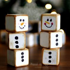 Wood Projects small-snowman-decorations - The letter cubes set is a combination of 24 blocks with letters up to 6 sides of the cube. Plan your own words or use the suggested holiday theme words. Christmas Wood Crafts, Rustic Christmas, Christmas Projects, Holiday Crafts, Christmas Holidays, Christmas Blocks, Handmade Christmas, Diy Holiday Blocks, Halloween Wood Crafts