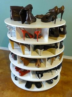 Amazing Interior Design This DIY Lazy Susan Shoe Rack is Just Awesome for Shoe Storage Lazy Susan Shoe Rack, Shoe Carousel, Diy Storage Rack, Cheap Storage, Craft Storage, Corner Storage, Rack Shelf, Kids Storage, Easy Storage