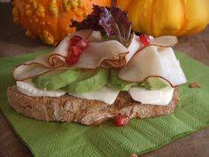 Tosta de queso fresco, aguacate y pavo. Ver la receta http://www.mis-recetas.org/recetas/show/33248-tosta-de-queso-fresco-aguacate-y-pavo #tosta