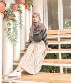 Fashion hijab casual dresses for 2019 Hijab Casual, Hijab Chic, Ootd Hijab, Ootd Chic, Chic Chic, Hijab Fashion Casual, Fashion Muslimah, Simple Outfits, Chic Outfits
