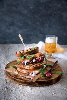 Toast con salmone, barbabietola, burrata e rucola Bagels, Hamburgers, Key Food, Good Food, Yummy Food, Xmas Food, Food Goals, Wrap Sandwiches, Sandwich Recipes