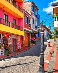 Date una vuelta por las coloridas calles de Guatapé. Cool Places To Visit, Places To Travel, Colourful Buildings, Colorful Houses, Urban Painting, Colombia Travel, Amazing Destinations, Central America, Travel Photography