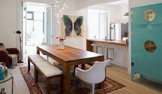 decoração de sala de jantar com mesa de madeira, cadeiras e banco no mesmo espaço