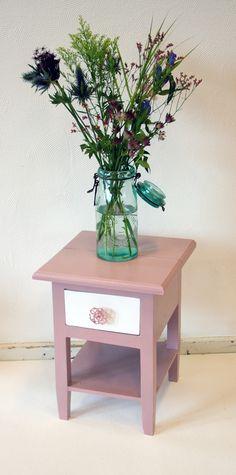 Zoet Kastje!  Dit zoete kastje is voorzien van een zacht, mat rozige, lila kleur en een wit laadje. Dit zoetige kastje past erg goed op een kinderkamer, of je kunt hem ook gebruiken als nachtkastje of als bijzetter.  Lengte: 30 cm, breedte: 30 cm, hoogte: 40.2 cm