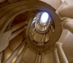 """PALAZZO BARBERINI ha due scale monumentali: quella attribuita a Bernini, che rispecchia la tipologia cinquecentesca detta a """"pozzo quadrato"""", e quella a chiocciola attribuita a Borromini, che si snoda intorno ad un vano ellittico, riprendendo quella di Palazzo Farnese a Caprarola, opera del Vignola. Ma sarà esatta l'attribuzione?"""