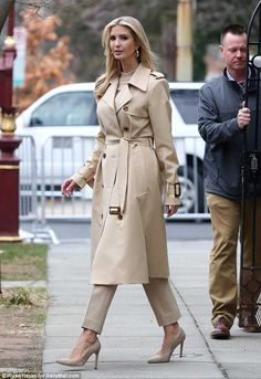 Wearing all beige is really trend this season. That's why I want to show you some beige outfit ideas, so you can get inspired from them. Trench Coat Outfit, Beige Trench Coat, Trench Coat Style, Classic Trench Coat, Trench Coat Women, Winter Trench Coat, Winter Coats, Beige Outfit, Fall Winter Outfits