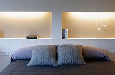 El centro de atención en un dormitorio suele ser la pared donde se ubica el cabecero de la cama. Hay muchas maneras de resolver este punto...