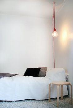 idea para dormitorio, bombilla colgante sobre la mesilla.