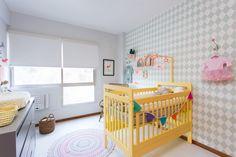 Chegar a um resultado especial sem investir em obras. Com papel de parede verde e berço amarelo, o quarto da Betina ficou um charme! Da CRIS PASSOS.