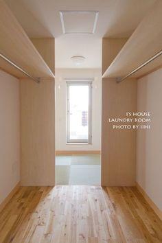 暮らしから間取りのヒントを♪_「ランドリールームを兼ねたWICと寝室考」@大宮の家 | いいひブログ - いいひ住まいの設計舎 Wardrobe Behind Bed, Bedroom Built In Wardrobe, Bedroom Closet Design, Closet Designs, Loft Design, House Design, Master Closet Layout, Cheap Closet, Small Apartment Interior