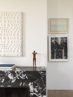 Autour de la cheminée de marbre, une réunion d'artistes modernes et contemporains: de gauche à droite, Enrico Castellani en version blanche, une sculpture d'Antony Gromley, et, à droite, Sunshine II, une œuvre de l'Américain Glenn Ligon.