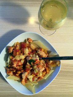 Těstoviny + rajčatová omáčka s kukuřicí  + kuřecí maso. A samozřejmě víno. Meat, Chicken, Food, Essen, Meals, Yemek, Eten, Cubs