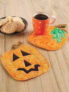 Quilting - Holiday & Seasonal Patterns - Halloween Patterns - Pumpkin Panache Mug Rugs Pattern Fall Sewing Projects, Quilting Projects, Design Projects, Halloween Quilts, Halloween Crafts, Halloween Patterns, Spooky Halloween, Fall Crafts, Holiday Crafts