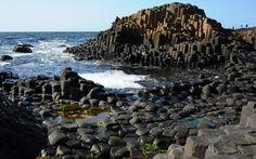 """Észak-Írország ÉK-i partjainál hatalmas bazaltlejtő nyúlik 150 m hosszan a tengerbe. A Giant's Causeway (""""Óriás Útja/Óriások Útja"""") eredete 50-60 millió évvel ezelőttre nyúlik vissza, ekkor képződtek Skócia és Írország kiterjedt lávamezői. A kihűlése közben összehúzódó bazaltláva négy-, öt-, hat-, hét- és nyolcoldalú hasábok formájában szilárdult meg. A mintegy 40000 oszlopot a jégkorszakok fagyváltozékonysága és a jégtakaró koptató munkája után napjainkban az Atlanti-óceán hullámai…"""