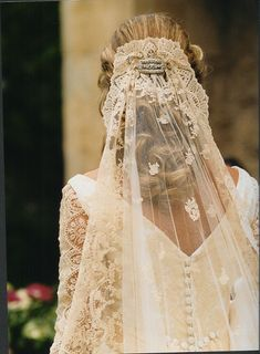 Love this mantilla with low hairstyle! Looks very classy. Found on http://m.bodas.com.mx/debates/ideas-para-colocarte-una-mantilla--t66789--2