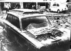 Alluvione di Firenze Auto coperta fango 04/11/1966)