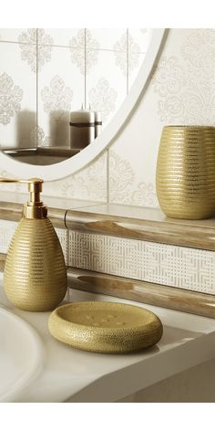 Free standing soap dispenser in gold colour
