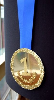 """When attending an Olympic Tailgate Party everyone deserves a gold medal. During the party, decide which award each guest will receive. For instance, one guest could be awarded """"Best Fan"""". Olympic Crafts, Diy And Crafts, Crafts For Kids, Gymnastics Birthday, Sport Craft, Field Day, Gold Diy, Diy Ribbon, Fun Activities For Kids"""