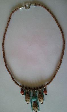Lindo colar com fio em courinho pingentes em madeira, resina e miçangas. Lindo para compor um look descontraídoTamanho: 55 cmPeso: 30 gr