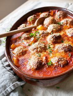 """Min fabulous amerikanske mormor plejede selvsikkert at sige:""""Men love pudding!"""". Sådan har jeg det med kødboller, bare med med udvidelse at ALLE elsker kødboller. Jeg kan virkelig ikke forestille mig, at min mormor nogensinde har prøvet at lave kødboller i sin levetid. Jeg må spørge... A Food, Food And Drink, Sweet Recipes, Healthy Recipes, Everyday Food, Family Meals, Tapas, Meal Prep, Dinner Recipes"""