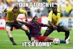 Call the referee he'll know what to do funny football pictures, football funny Funny Soccer Videos, Funny Football Pictures, Funny Football Memes, Funny Sports Memes, Crazy Funny Memes, Really Funny Memes, Sports Humor, Funny Relatable Memes, Funny Videos