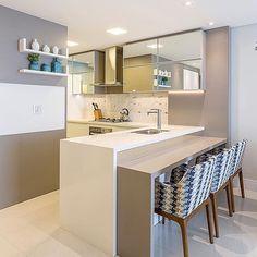 Projeto CV: Cozinhas modernas por Juliana Agner Arquitetura e Interiores Home Decor Kitchen, Kitchen Furniture, Kitchen Interior, Home Kitchens, Kitchen Ideas, Kitchen Bars, Kitchen Counter Design, Counter Space, Küchen Design