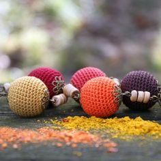 Spice+náhrdelník+Další+z+mých+háčkovaných+náhrdelníků,+který+má+barvy+koření.+Háčkované+korále+o+průměru+1,8+cm+v+hnědočervených,+žlutých,+hnědých+a+zelené+barvě.+Korále+jsou+zdobeny+kytičkovými+jakoby+krajkovými+káplíky+a+jsou+naketlovány+spolu+s+dřevěnými+korálky+na+řetízku+starozlaté+barvy.+Použité+dřevené+válečky+jsou+z+exotického+dřeva....