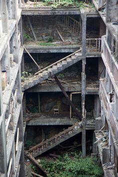 Hashima Island - funcionava como uma unidade de mineração de carvão na costa de Nagasaki, no Japão. Mas, desde 1972, quando a mineração foi fechada, ficou abandonada