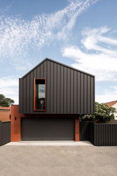 The 25 Minute Rule For The Best Modern Garage Door Design Ideas 22 - homeexalt House Cladding, Exterior Cladding, Facade House, Modern Garage Doors, Garage Door Design, Building Design, Building A House, Bungalow, Built Environment