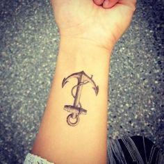 Joli dessin ancre sur le poignet https://tattoo.egrafla.fr/2016/01/13/modele-tatouage-ancre-marin/
