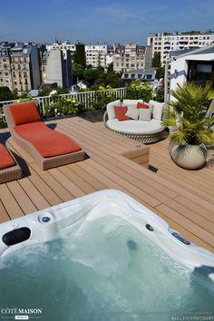 Des roses et des hortensias sur un toit de Paris, cette terrasse procure détente et repos grâce à son jacuzzi et ses transats confortable. - Plus de photos sur Côté Maison.