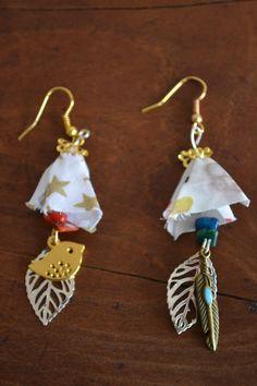 Boucles d'oreille avec tissu Liberty à étoiles, corail et pierres de gemme : Boucles d'oreille par les-perles-de-eihpos