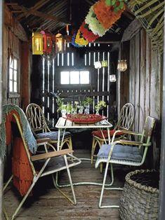 DUKAT I BÅTHUSET Lika enkelt som vackert med lyktor i taket, 60 respektive 150 kr, House Doctor/Pub, och girlanger av silkespapper, 60 kr/st, A La Carte. Alla stolar är loppisfynd, utom fällstolen t v som kostar 1 250 kr, Room. Dynor, 129 kr/st, Åhléns. På bordet står udda minivaser, 29–50 kr/st, Åhléns, och ett vackert kräftfat, 4 500 kr, Mikaela Willers.