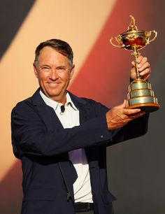 captain Davis Love III of the United States holds the Ryder Cup after defeating Europe during singles matches of the 2016 Ryder Cup at Hazeltine National Golf Club on October 2016 in Chaska, Minnesota. Davis Love Iii, Pebble Beach Pro Am, Golf Pga, Ryder Cup, Golf Tour, Photos 2016, Golf Exercises, Golf Clubs, Golf Courses