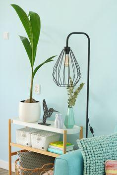 Ik gaf mijn woonkamer een upgrade met de Ikea Satsumas plantenstandaard, een nieuwe lamp en een kokospalm. Kijk je mee naar mijn kleurrijke interieur? Klik verder voor mijn blog! Ikea Hacks, Hanging Chair, Home Interior Design, House Styles, Furniture, Color, Home Decor, Plants, Decoration Home