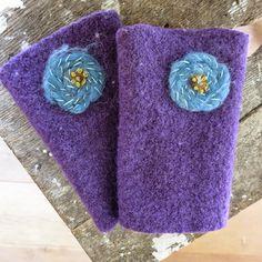 Pulswärmer aus Wollwalk - Blüten aus Märchenwolle aufgestickt
