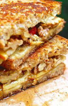 Sandwich de manzana, nuez, queso y miel.